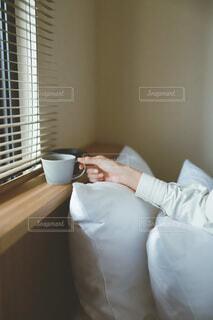 朝のベッドサイド 目覚めのコーヒーの写真・画像素材[4114518]
