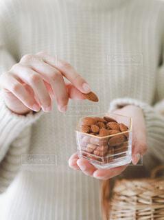 ナッツを手で摘んでいるの写真・画像素材[4114589]