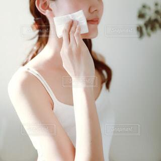 スキンケアをする女性の写真・画像素材[4114614]