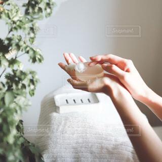 石鹸を泡立てる手の写真・画像素材[4114600]