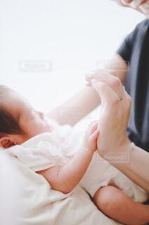 赤ちゃんを抱いている人の写真・画像素材[4117569]