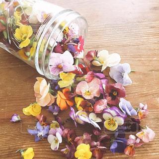 テーブルの上の花の花瓶 - No.763437