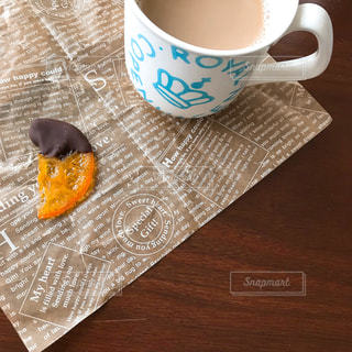 テーブルの上のコーヒー カップの写真・画像素材[1020589]