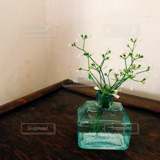 テーブルの上に座っての花で一杯の花瓶の写真・画像素材[1444003]