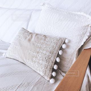 近くにベッドの上のぬいぐるみのの写真・画像素材[1444005]