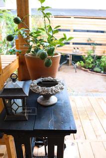 木製テーブルの上に座っている花瓶の写真・画像素材[1444011]