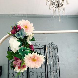 テーブルの上に花瓶の花の花束の写真・画像素材[1444038]