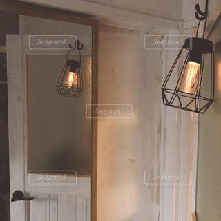 木製のドアの上にあるランプの写真・画像素材[1444039]
