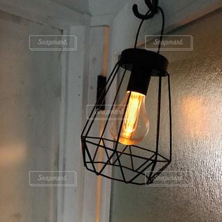 壁に掛かっているランプの写真・画像素材[1444042]