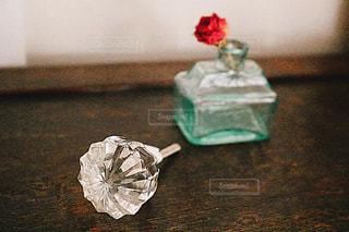 テーブルの上の花の花瓶の写真・画像素材[1444044]