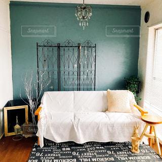 部屋のベッド付きのベッドルームの写真・画像素材[1444061]
