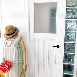 近くにドアが木製の花のアップの写真・画像素材[1444064]