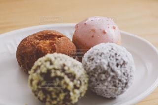 皿の上のドーナツをクローズアップするの写真・画像素材[2852297]