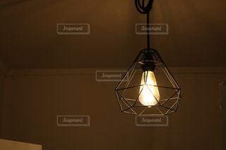 夜にライトアップされるランプの写真・画像素材[2852331]