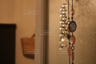 壁に掛かっているネックレスの写真・画像素材[2852336]