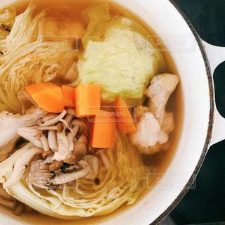 皿の上の食べ物のボウルの写真・画像素材[2852335]
