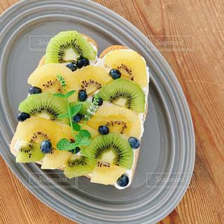 皿の上の果物のボウルの写真・画像素材[2852346]