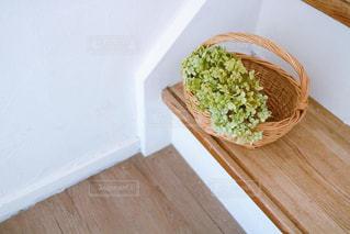 木製のテーブルの上に座っている食べ物のボウルの写真・画像素材[2852360]