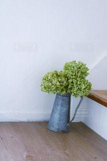 木製のテーブルの上に座っている花瓶の写真・画像素材[2852366]