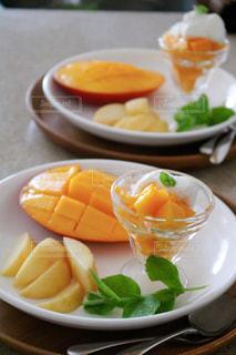 皿の上の果物のボウルの写真・画像素材[2852377]