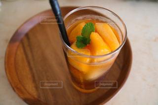 食べ物のボウルとオレンジジュースのグラスの写真・画像素材[2852400]