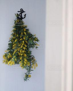 黄色い花の上に座っている花の花瓶の写真・画像素材[2852412]