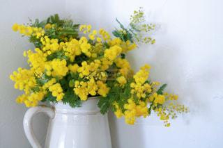 白と黄色の花で満たされた花瓶の写真・画像素材[3286533]