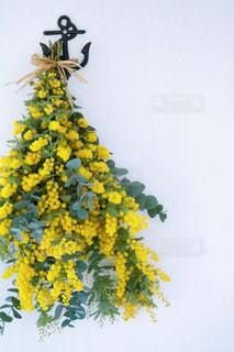 黄色い花の上に座っている花の花瓶の写真・画像素材[3286537]