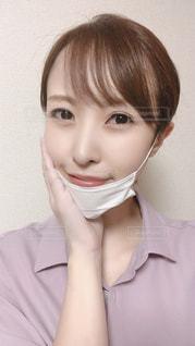 マスクをずらして笑顔の写真・画像素材[3579374]