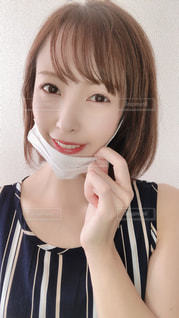 マスクを外して笑顔の写真・画像素材[3610540]