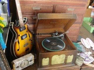 ギターとレコードのクローズアップの写真・画像素材[3703010]