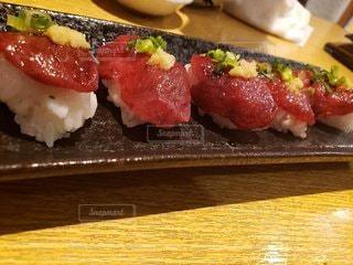 木製のテーブルに寿司をの写真・画像素材[3580183]