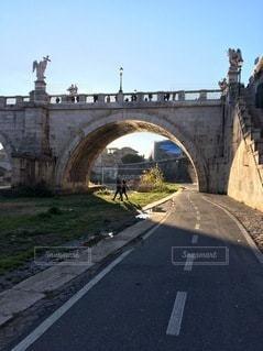 道路に架かる石橋の写真・画像素材[3585372]