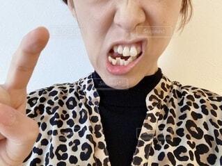 怒って口を歪める女性のクローズアップの写真・画像素材[4118477]