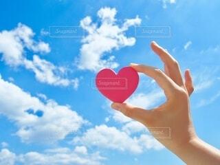 青空に赤いハートクッキーの写真・画像素材[3662356]