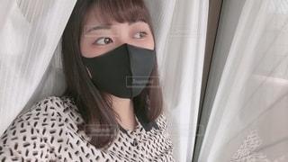 自分撮りをしている黒マスクをつけた女性の写真・画像素材[3640165]