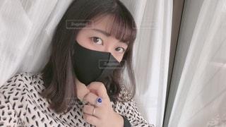 黒マスクをつけたカメラを見ている女性の写真・画像素材[3640166]
