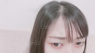 カメラを見ている少女のクローズアップの写真・画像素材[3681902]