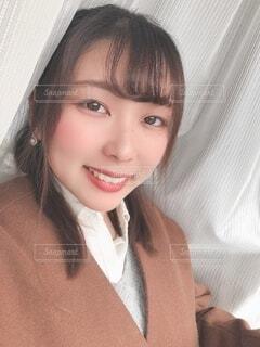 ドレスシャツを着て、カメラに微笑むネクタイを着た女性の写真・画像素材[3987021]