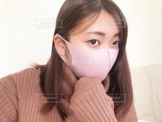 ピンクの布マスクの女性の写真・画像素材[4087148]