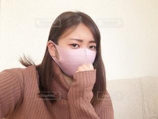 布マスクの女性、渋い顔の写真・画像素材[4087152]
