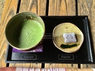 和カフェの縁側でいただくお抹茶とお菓子の写真・画像素材[3621462]