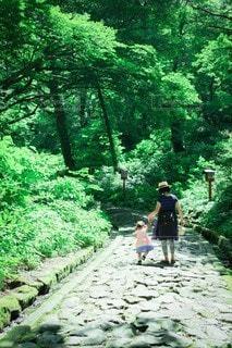 真夏の石畳を散歩する母娘の写真・画像素材[3606352]