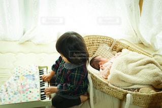 姉妹それぞれの写真・画像素材[3615635]