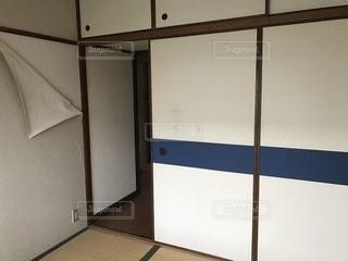 壁紙の剥がれた部屋の写真・画像素材[3600597]