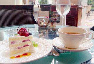 ふわふわイチゴのショートケーキとコーヒーの写真・画像素材[3701893]