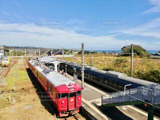 JR 日豊本線 都農駅 赤い電車と青い空の写真・画像素材[3708389]
