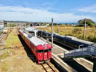 JRつの駅 赤い列車と青い空の写真・画像素材[3708390]