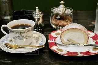 ロールケーキとコーヒーの写真・画像素材[3728321]