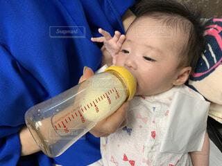 ミルク飲みながら敬礼ポーズの写真・画像素材[3618504]